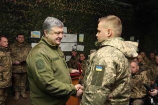 Під час візиту на Донбас Порошенко нагородив 12 військових