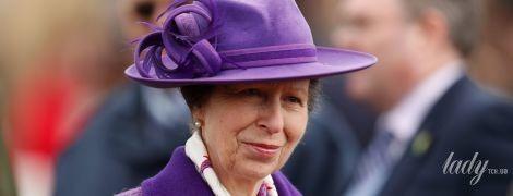 Яркая, как мама: дочь королевы Елизаветы II - принцесса Анна, посетила скачки