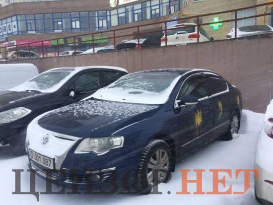 """У Києві машини російських дипломатів """"прикрасили"""" тризубами"""