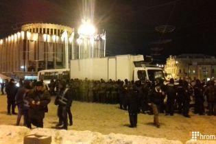 Активісти звинуватили поліцейських у викраденні вантажівки зі сценою для мітингу проти Порошенка
