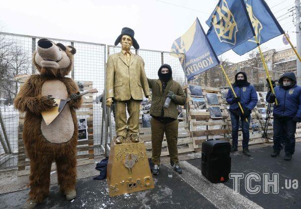 """Ведмеді, горілка і золотий """"Путін"""". Під посольством РФ у Києві влаштували акцію протесту"""