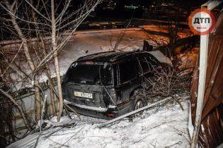У Києві п'яний водій вилетів з дороги, зніс паркан та кидався на журналістів