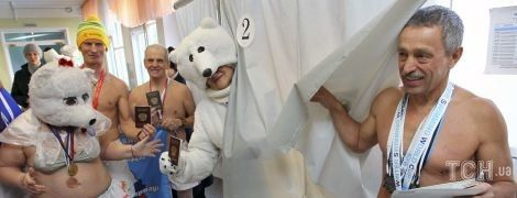 Обнаженные моржи и ядерные ракеты. Как ряженые россияне голосуют на выборах президента