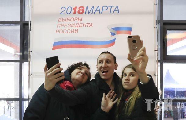 Оголені моржі та ядерні ракети. Як ряджені росіяни голосують на виборах президента