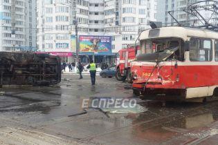 У Києві вантажівка на перехресті влетіла у трамвай із десятками пасажирів