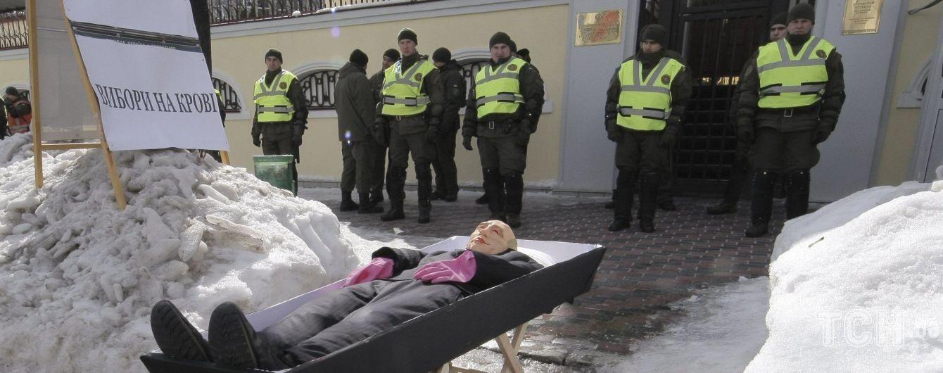 Труна з Путіним та розмальовані авто: як в Україні блокують вибори президента РФ