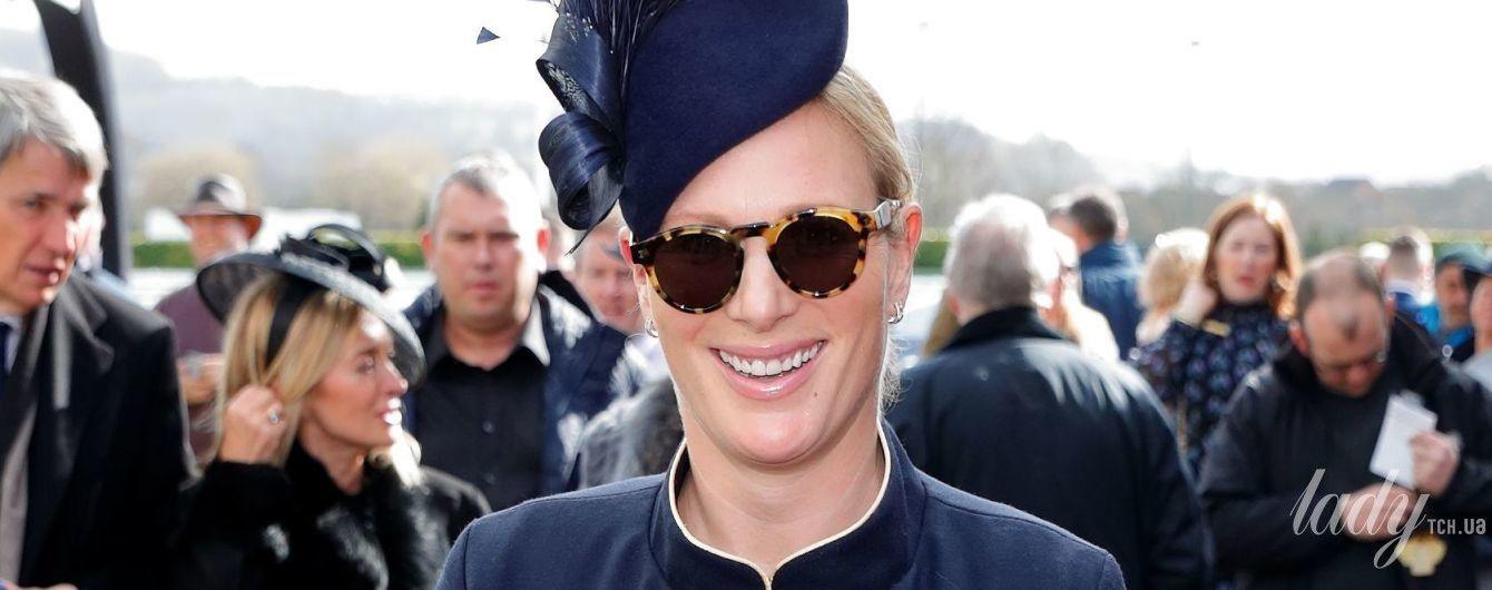 В эффектной шляпе и на каблуках: беременная внучка королевы Елизаветы II - Зара Тиндолл, посетила фестиваль скачек