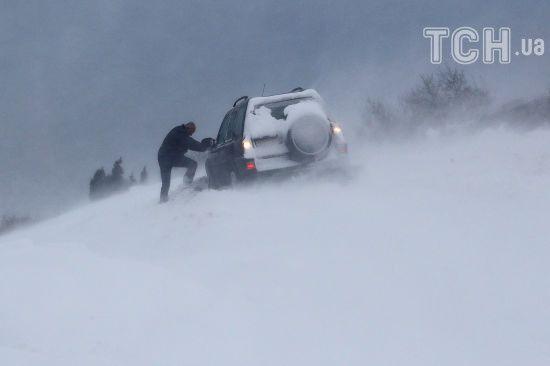 Велика Британія опинилася в сніговому полоні: дороги заметені, а в аеропортах скасували сотні рейсів