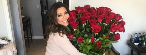 В новом платье и с огромным букетом роз: беременная Ева Лонгория показала, как провела уикенд