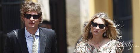 В макси-платье и золотых босоножках: Кейт Мосс со своим возлюбленным посетила королевскую свадьбу