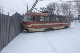 В Запорожье трамвай слетел с рельсов и протаранил забор и столб
