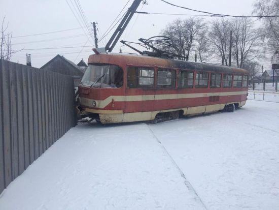 У Запоріжжі трамвай злетів із рейок і протаранив паркан та стовп