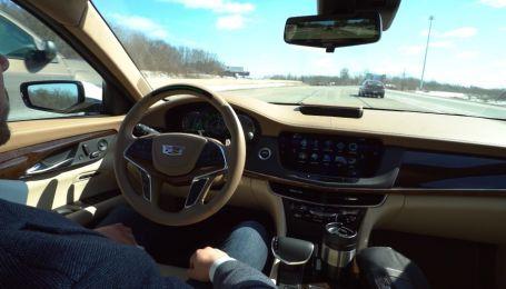 """В рекламе автопилота Cadillac """"насмехается"""" над Tesla"""