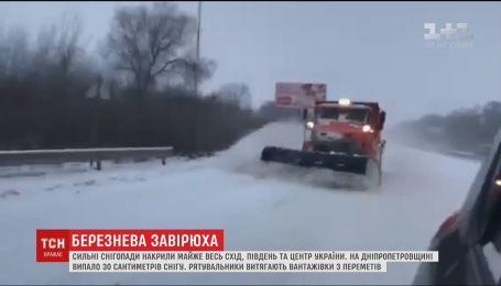 Сильні снігопади накрили майже всю Україну