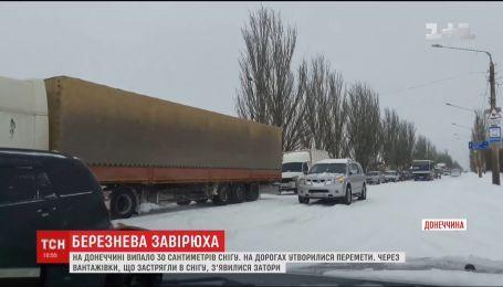Километровые пробки образовались в Донецкой области из-за нерасчищенных дорог