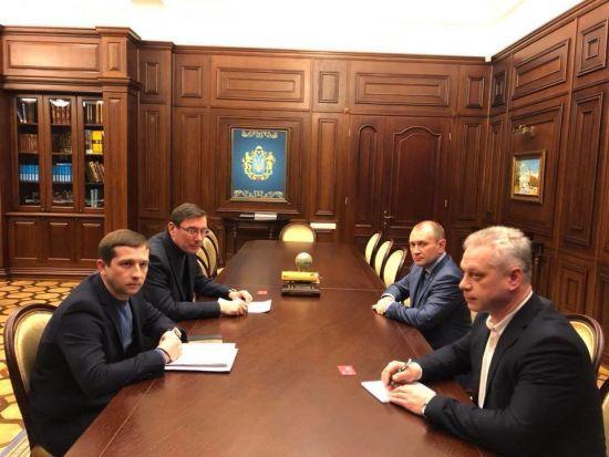 """Луценко заявив про факти пересилання через """"Нову пошту"""" безакцизного алкоголю та наркотиків"""