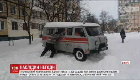 Півметрові кучугури снігу у Дніпрі спричинили транспортний колапс