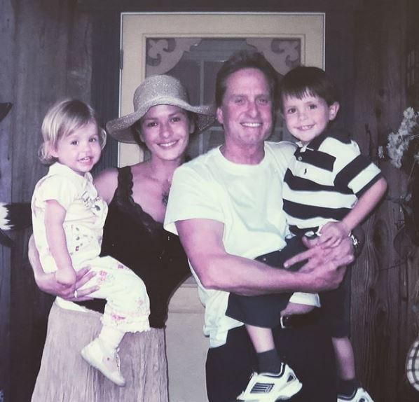 Кетрін Зета-Джонс з родиною_2