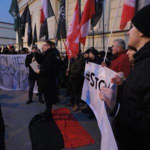 Польский депутат потоптался по флагу УПА и сжег портреты Шухевича и Бандеры