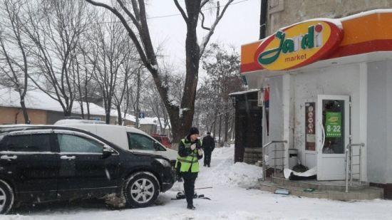 У центрі Кишинева прогримів вибух на вході до магазину, є жертви