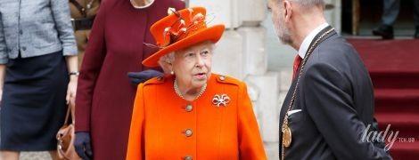 Как всегда, впечатляет: 91-летняя королева Елизавета II появилась на публике в очередном ярком образе