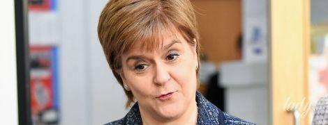В твидовом жакете и стоптанных туфлях: первый министр Шотландии Никола Стерджен встретилась с детьми