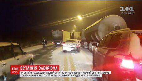 Через негоду на трасі Київ-Чоп утворився 10-кілометровий затор