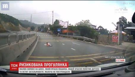 Во Вьетнаме младенец выполз на шоссе, по которому неслось авто