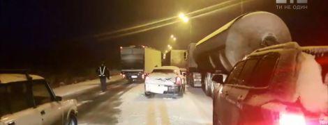 Мокрий сніг спричинив 10-кілометровий затор на трасі Київ-Чоп