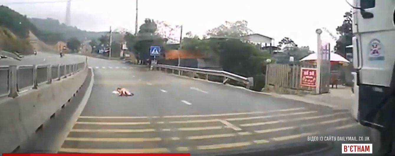 У В'єтнамі немовля виповзло на жваву автомобільну магістраль