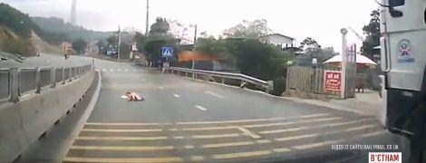 Во Вьетнаме младенец выполз на оживленную автомобильную магистраль