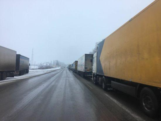 Росія призупинила пропуск вантажівок з України, на кордоні утворилися черги