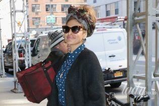 В стильном комбинезоне и на шпильках: Ева Мендес попала в объективы папарацци