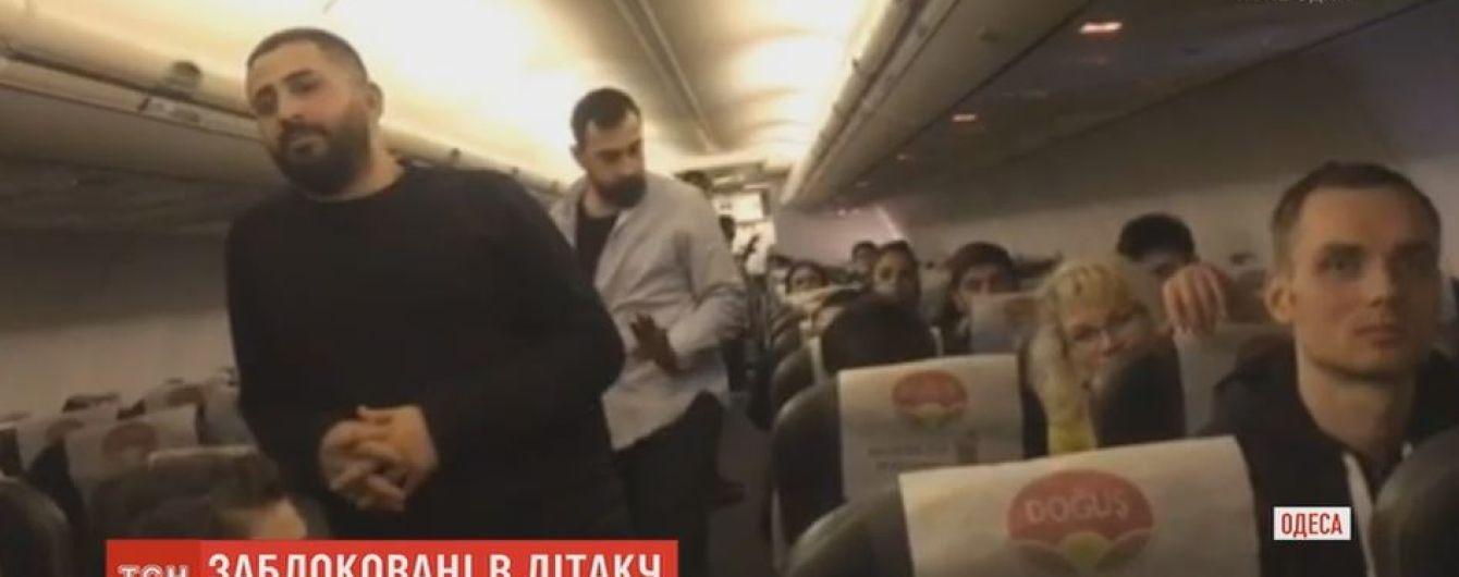 13 годин в літаку: журналісти ТСН дізнались причини затримки вильоту з Одеси