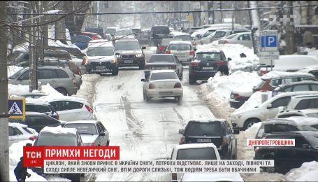 Циклон, который снова принес в Украину снега, понемногу отступает