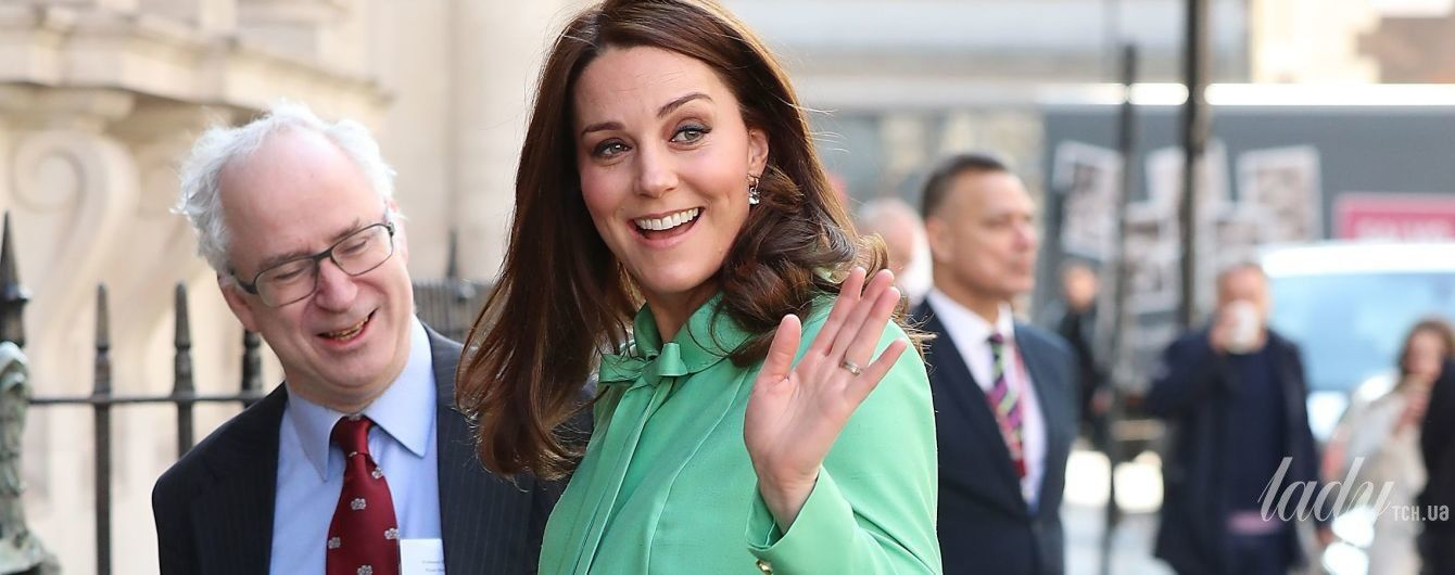 """Новый """"беременный"""" образ: герцогиня Кембриджская вышла на публику в красивом, но мятом пальто"""