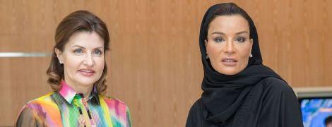 В пестрой блузке и брюках палаццо: яркий образ Марины Порошенко на встрече с женой шейха Катара