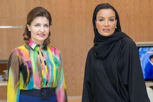 В пестрой блузке и брюках-палаццо: яркий образ Марины Порошенко на встрече с женой шейха Катара