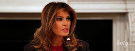 В юбке-карандаше и джемпере цвета фуксии: Мелания Трамп в деловом образе выступила в Белом доме