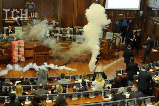 У Косові опозиціонери застосували сльозогіний газ під час засідання парламенту
