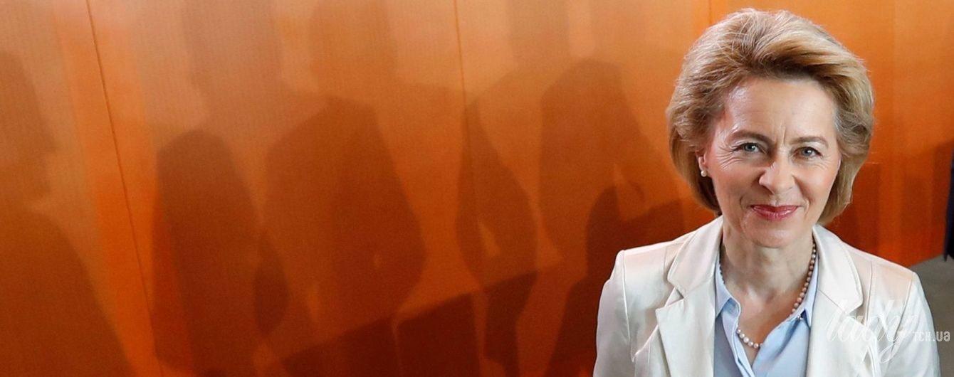 В белом жакете и с жемчужными украшениями: министр обороны Германии на рабочем заседании