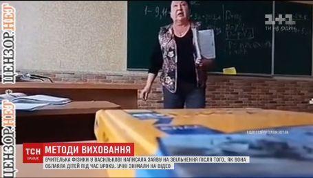 Сеть подорвало видео, на котором учительница бранью отчитывает семиклассника