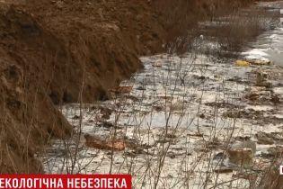 Под Киевом ядовитая вода со свалки попала в реку, что впадает в Днепр