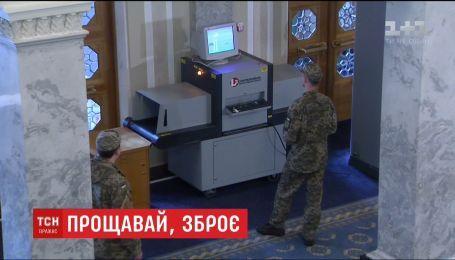 На входе в ВРУ уже установили рентген-аппарат для просвечивания депутатских сумок