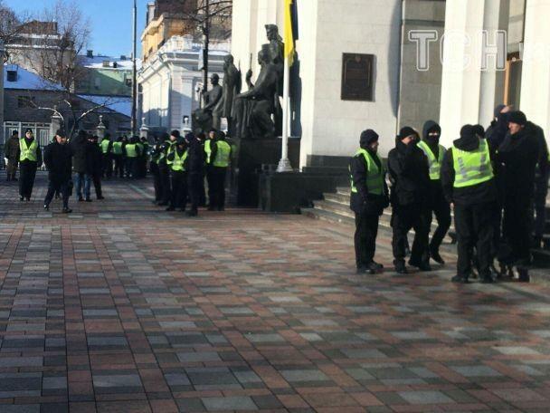 Под Радой с самого утра выстроились журналисты и активисты в ожидании возможного ареста Савченко