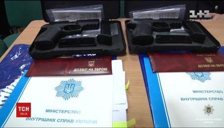 В Днепре двое медиков больницы Мечникова получили пистолеты