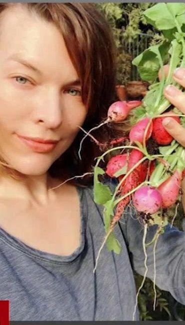 Мила Йовович похвасталась собственным урожаем редиски
