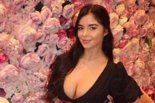 Деми Роуз ярким платьем подчеркнула пышные ягодицы