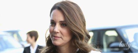 В бюджетной блузке и красивом пальто: беременная герцогиня Кембриджская посетила Олимпийский парк
