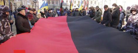 Во Львове горсовет единогласно узаконил красно-черный флаг